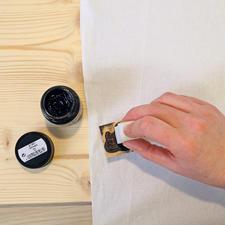1. Malschwämmchen in die Stoffmalfarbe tauchen und am Glasinnenrand abstreifen. Farbe gleichmäßig auf den Stempel auftragen. Ein Probedruck auf Zeitungspapier ist zu empfehlen.