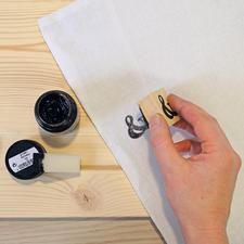 2. Stempel gleichmäßig auf den Stoff fest andrücken.