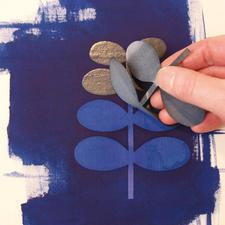 4. Nach dem Trocknen ziehen Sie die Schablone vorsichtig von dem Stoff ab und lassen sich von dem faszinierenden Bleicheffekt überraschen .