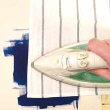 5. Das Motiv mit Backpapier abdecken und heiß bügeln. So wird die Textilfarbe dauerhaft fixiert.