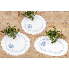 """3 Deckchen """"Blaue Rosen"""" im Set Stickereien in Blau-Weiß – luftig frisch und dennoch zeitlos klassisch."""